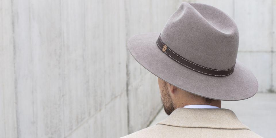 BeWooden - Pánský hnědý klobouk s dřevěným detailem na muži s hnědým kabátem 48ace42d65