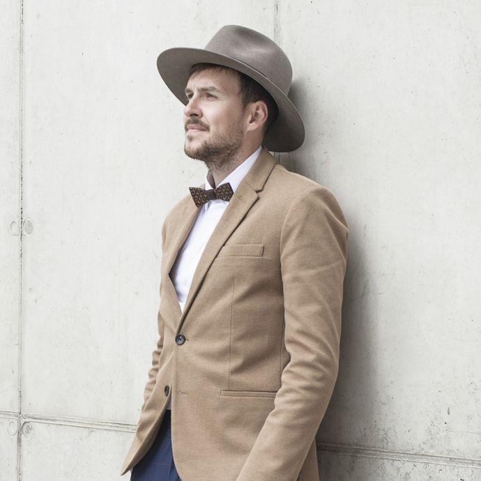 Hnědý pánský klobouk Apis Hat na modelu s hnědým sakem