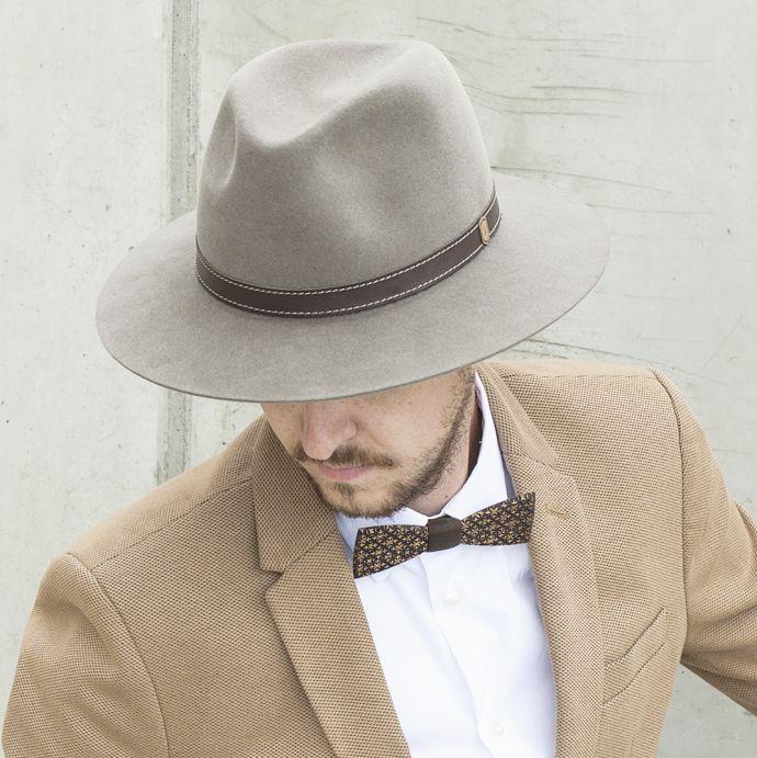 Hnědý pánský klobouk Apis Hat na modelu s hnědým sakem 054adf3f84