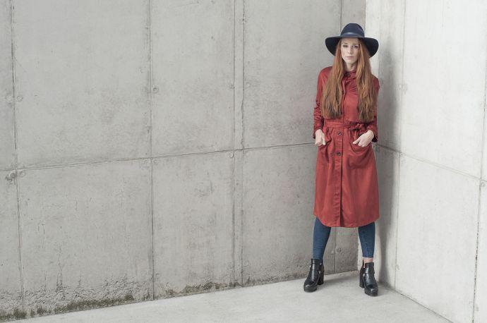 Modrý dámský klobouk Stellia Hat na modelce v oranžovém kabátě