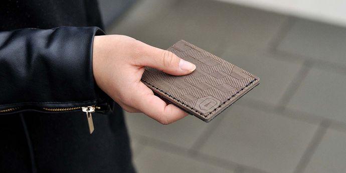 Dámský vizitkovník Deniq note v ruce