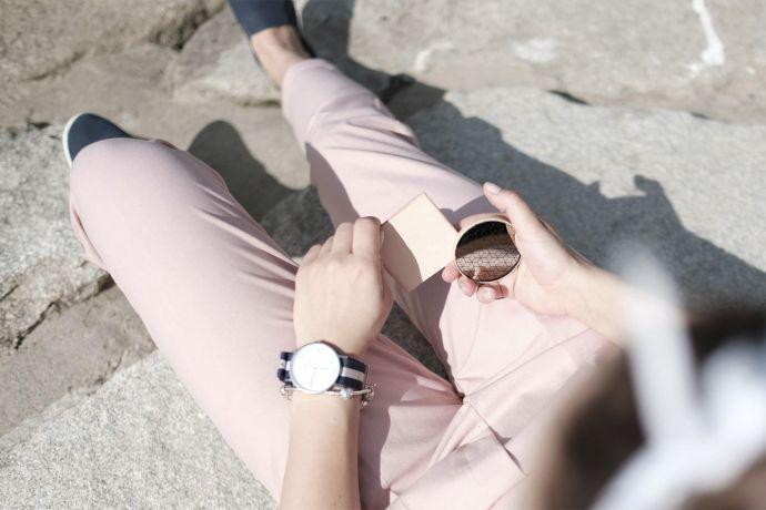Modelka v růžových kalhotách s dřevěným zrcátkem Liti v ruce