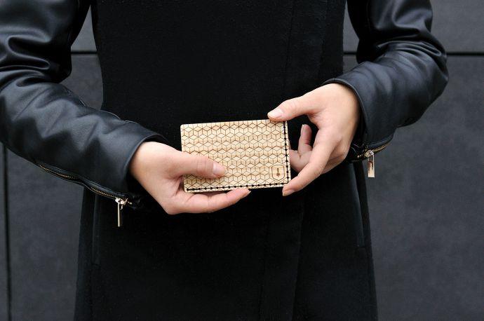 Modelka se světlým dřevěným vizitkovníkem Liti Note v ruce