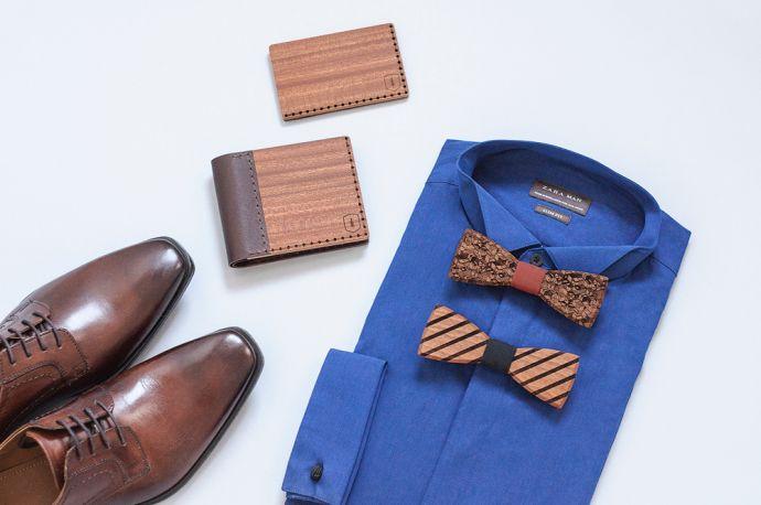 Knolling fotka modré košile s dřevěnými motýlky dřevěnou peněženkou Red Virilia a vizitkovníkem