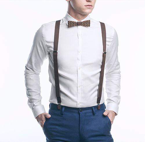 Model v košili s dřevěným motýlkem a stylovými pánskými kšandy