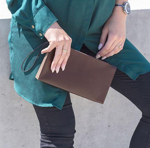 Modelka s elegantním koženým dřevěným psaníčkem