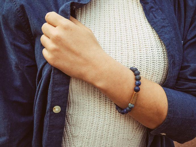 Ruka dívky s originálním modrým náramkem Sole Bracelet