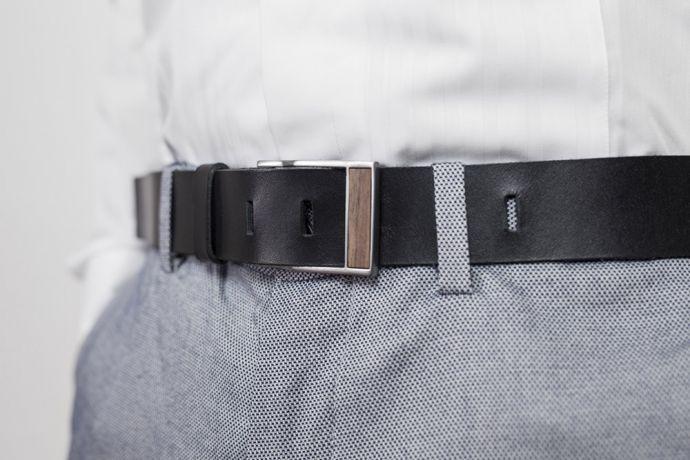 Model v bílé košili a modrých kalhotách s koženým páskem Apis Belt