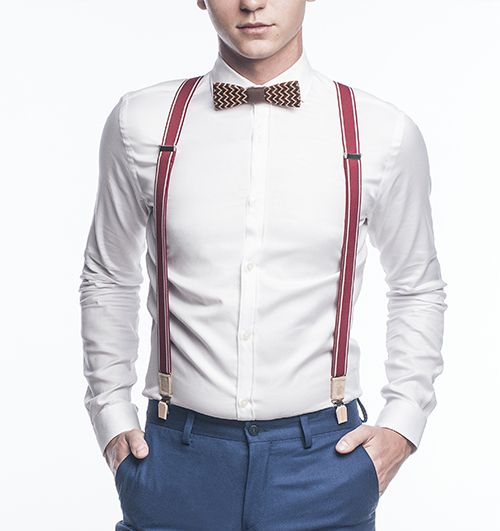 Model v bílé košili s dřevěným motýlkem Trio a červenými kšandy Revio Suspenders
