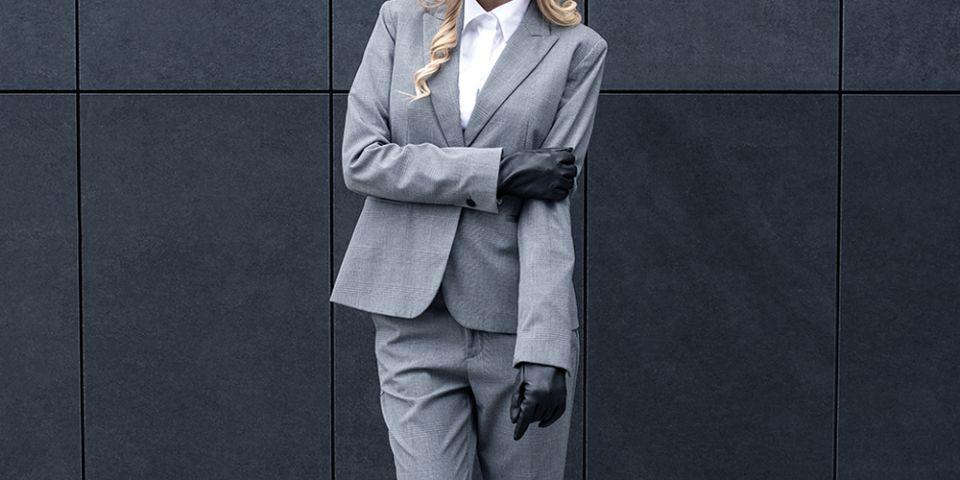 1cf2ec30cb0 BeWooden - žena s blonďatými vlasy v šedém saku s černými rukavicemi Apis  Gloves