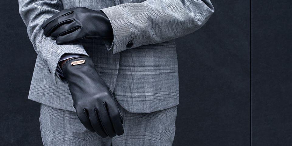BeWooden - žena v šedém saku s černými rukavicemi Apis Gloves dc892fcd53
