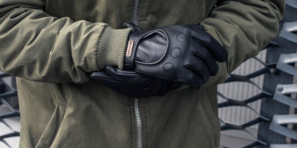 1ac3f603416 BeWooden - Muž v khaki kabátku s černými rukavicemi Nox Gloves