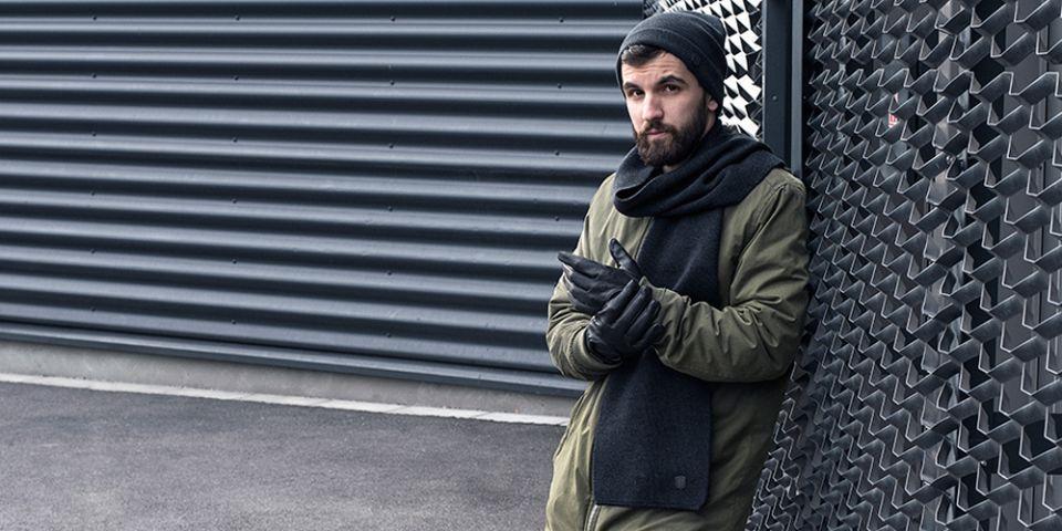 BeWooden - Muž v khaki kabátku s černou šálou Tenebra Scarf zimní čepicí  Tenebra Cap a 42236cfde3