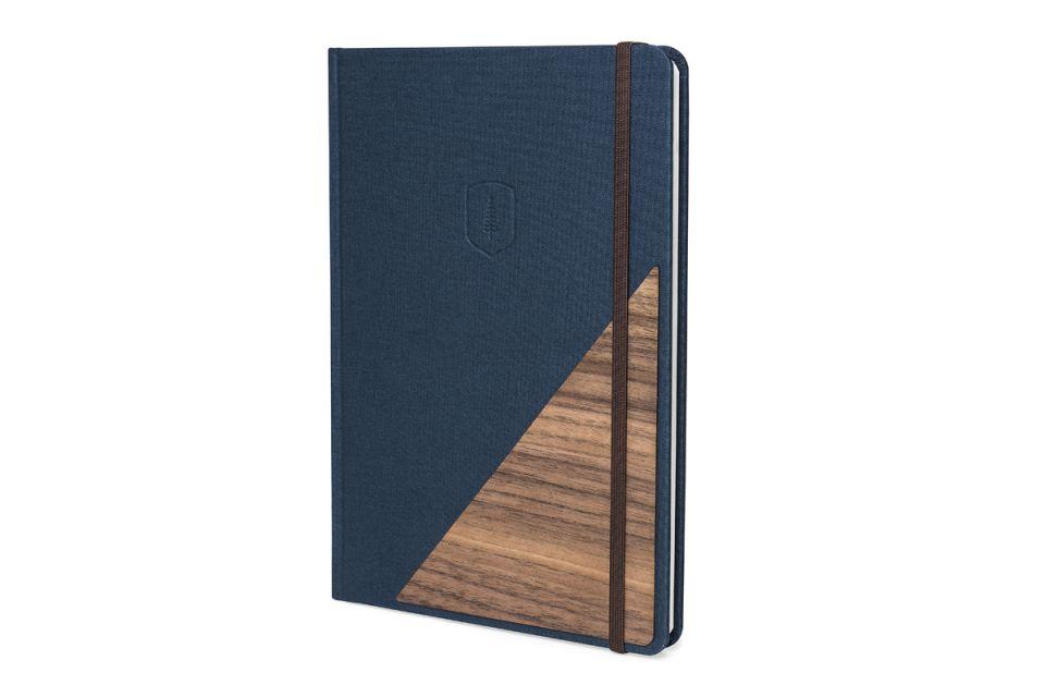 Nápaditý zápisník z kvalitního papíru s dřevěným detailem na přebalu