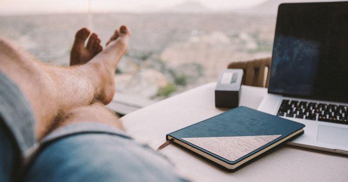 muž u stolu se zápisníkem Ocean Notebook od BeWooden