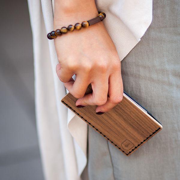 žena s dřevěným vizitkovníkem Nox Note v ruce