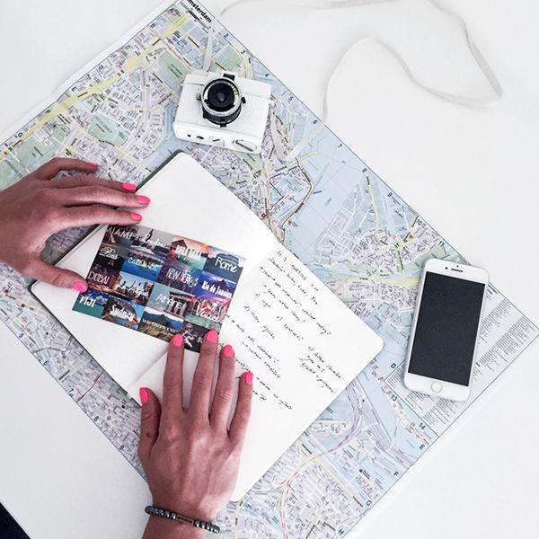 zápisník ležící na mapě Ocean Notebook