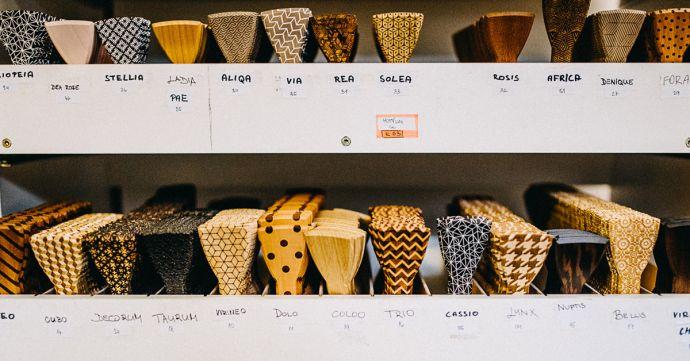 Polotovary dřevěných motýlků ve skladu