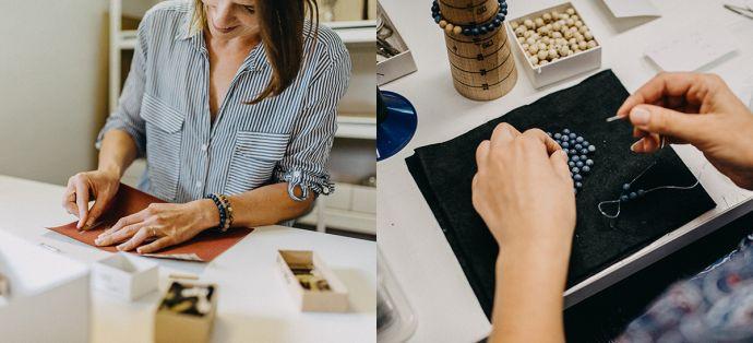 Šperkařka navléká dřevěné náramky BeWooden