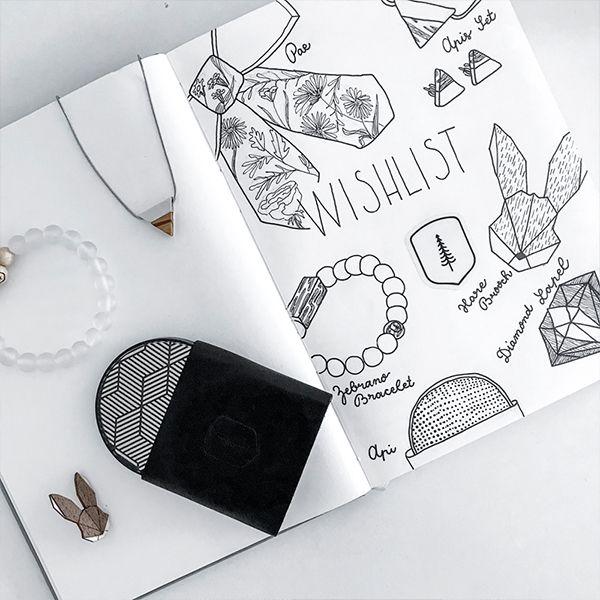 Zápisník ležící na stole s produkty BeWooden