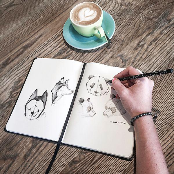 Žena v kavárně kreslí do zápisníku BeWooden