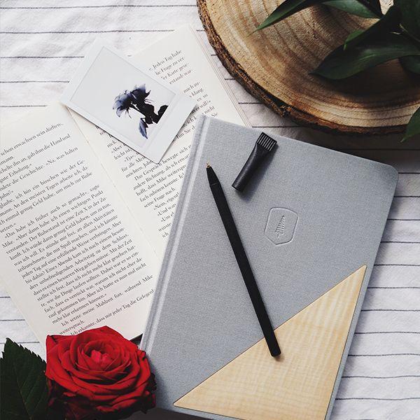Zápisník Lux Notebook leží vedle knihy