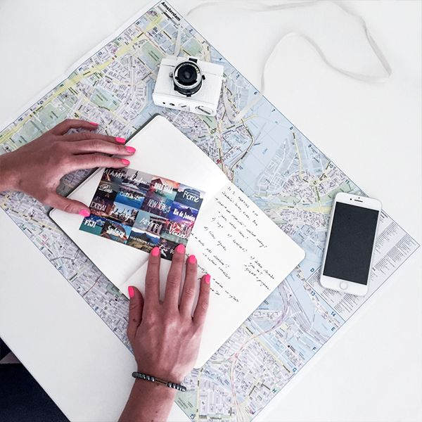 Žena drží pohlednici nad zápisníkem od BeWooden