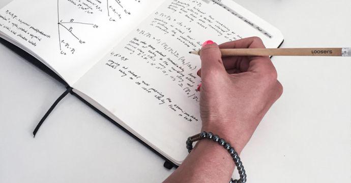 Žena s náramkem Silver Hematit Bracelet píše do zápisníku