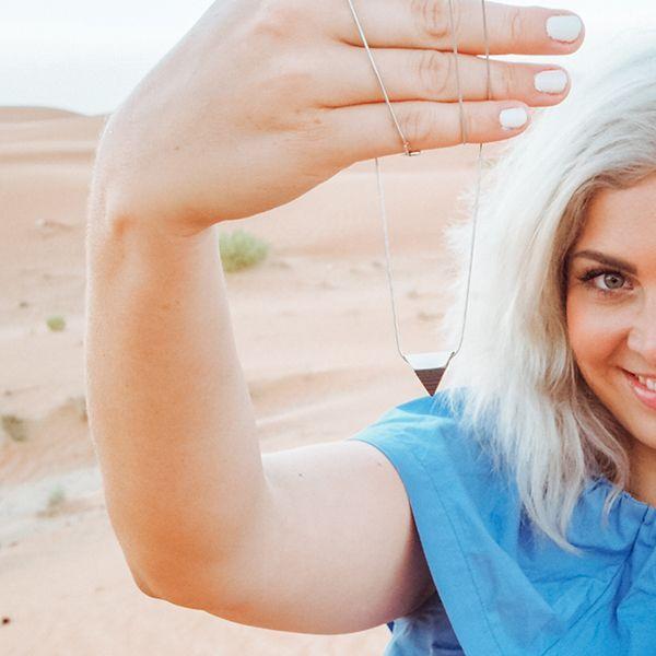 Žena se stříbrnými šperky od BeWooden