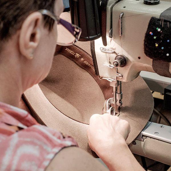 Švadlenka dokončuje výrobu klobouku Apis Hat v Tonaku