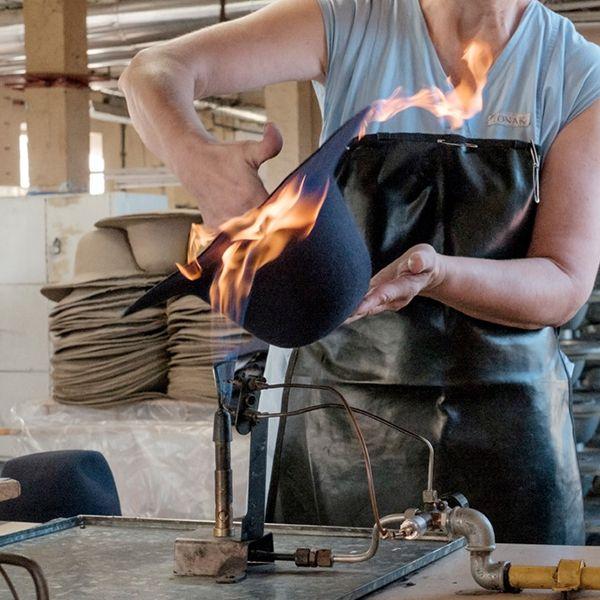 Pracovnice opaluje klobouk Stellia Hat