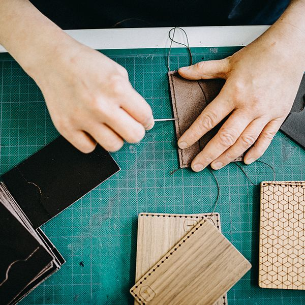 Švadlenka prošívá dřevěný vizitkovník Nox Note