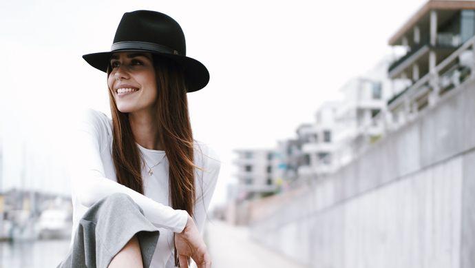 Žena s kloboukem Black Hat ve městě