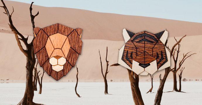 Dřevěné brože tygr a lev na obrázku africké přírody