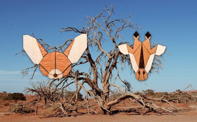 Dřevěné brože žirafa a fenek na obrázku africké přírody