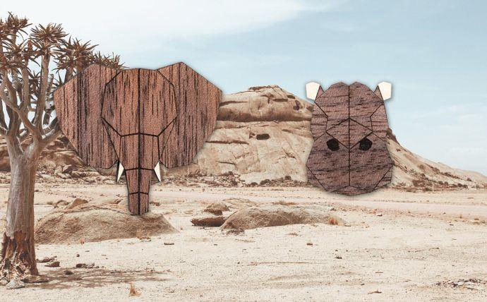 Dřevěné brože slon a hroch na obrázku africké přírody