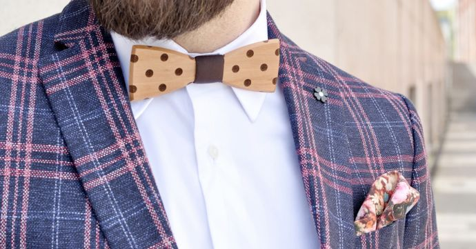 Muž v kostkovanem saku s puntíkovaným drevenym motylkem Dolo