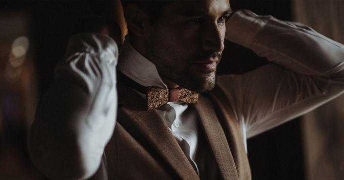 Muž s tmavým dřevěným motýlkem Reame