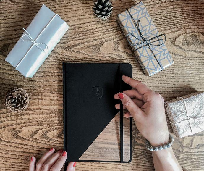 žena s černým zápisníkem Apis Notebook s náramkem Ice Viame Bracelet