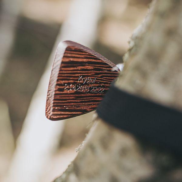 tmavěhnědý dřevěný motýlek s gravírováním