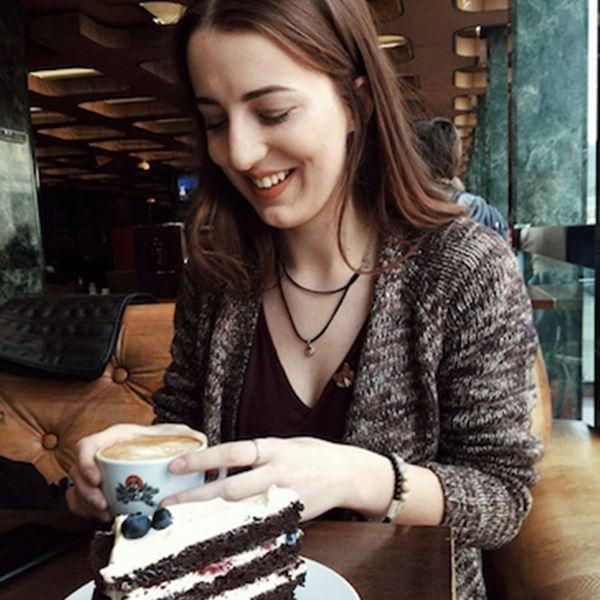 Žena v kavárně s dřevěnými doplňky BeWooden