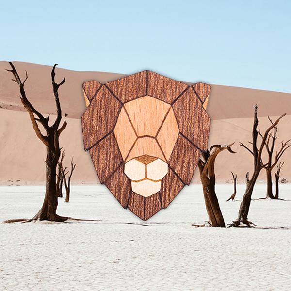 Dřevěná brož lva z nové Safari smečky