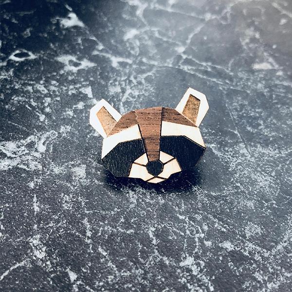 Dřevěná brož Raccoon Brooch z Safari edice Bewooden