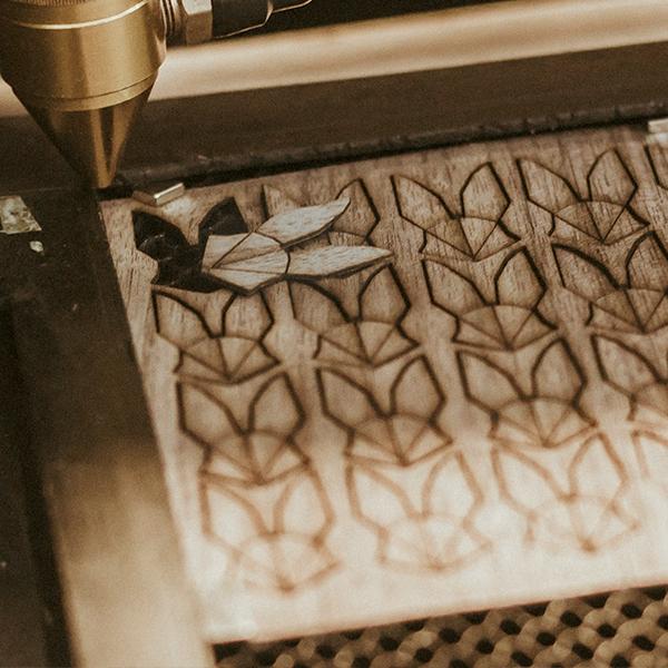 Výroba dřevěné brože Hare Brooch na gravírovacím stroji