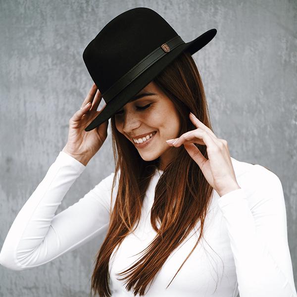 Influencerka Akvile Jurksa s luxusním černým kloboukem Nox Hat od BeWooden
