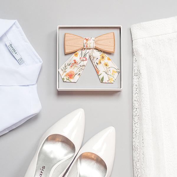 Květinový dámský dřevěný motýlek s ladícím oblečením