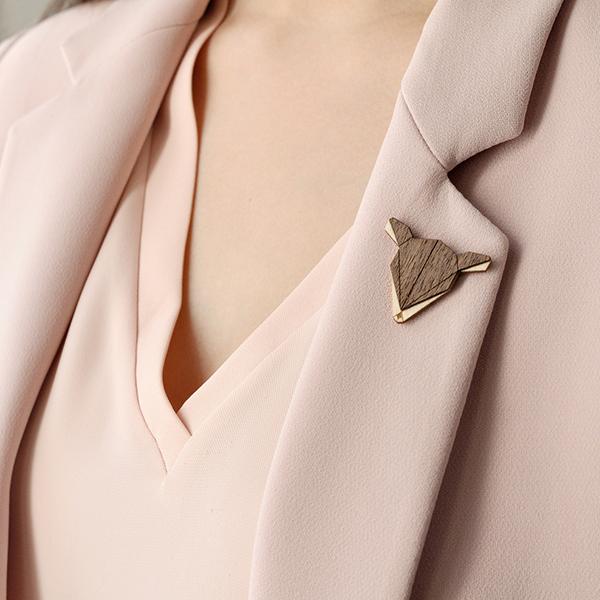 Růžová blúzka a sáčko s dřevěnou broží