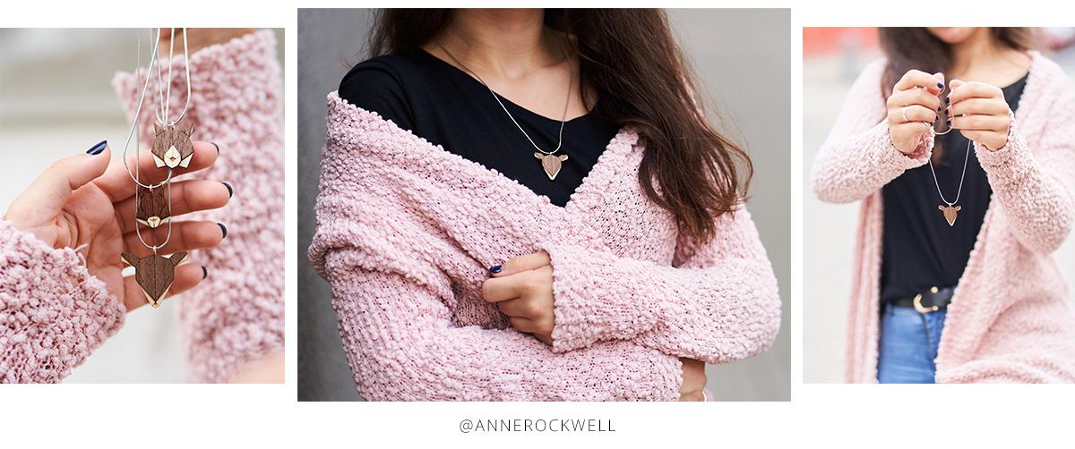 Influcencerka Anne Rockwell v růžovém svetru s DOe Brooch