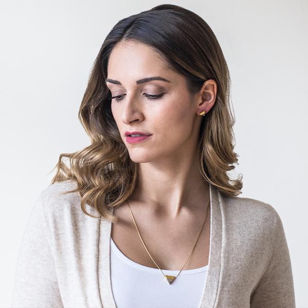 Mladá žena s elegantními šperky z pravého stříbra BeWooden