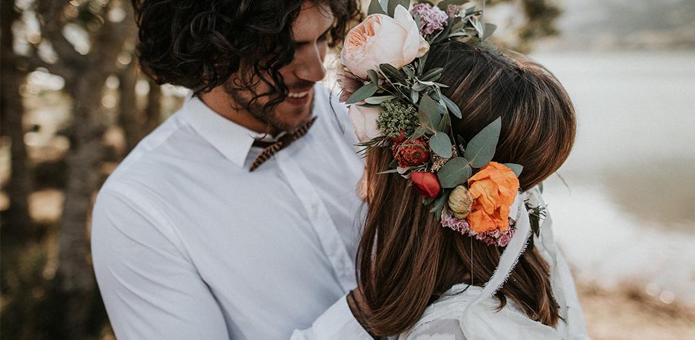 Polibek ženicha a nevěsty v přírodě